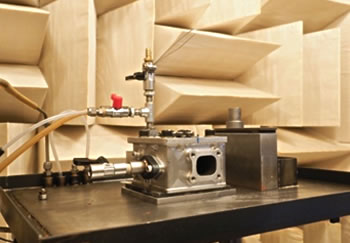 写真:音響・振動試験(無響室)
